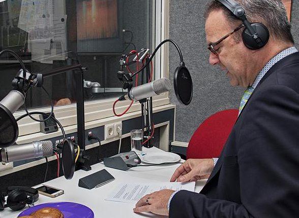 Burgemeester Paans van Alblasserdam in de studio